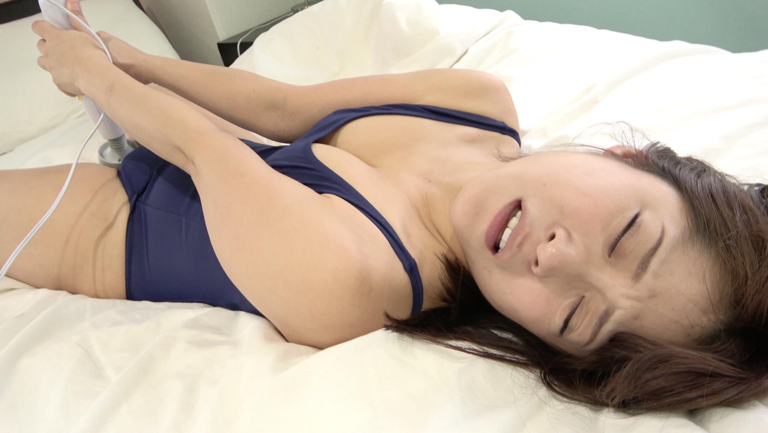 人気女優 天希ユリナちゃんのスク水でとっても恥ずかしい電マオナニー!
